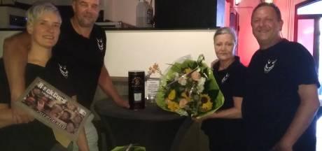 Vaste gasten van Curnonsky danken Wim Muller met whisky