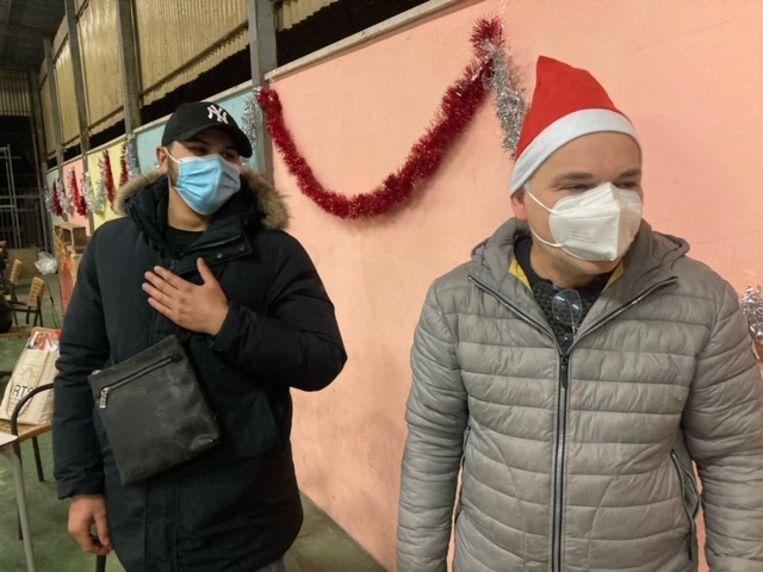 Eric Ahmetovic en mede-vrijwilliger Sandro Luciani. Beeld Rosa van Gool