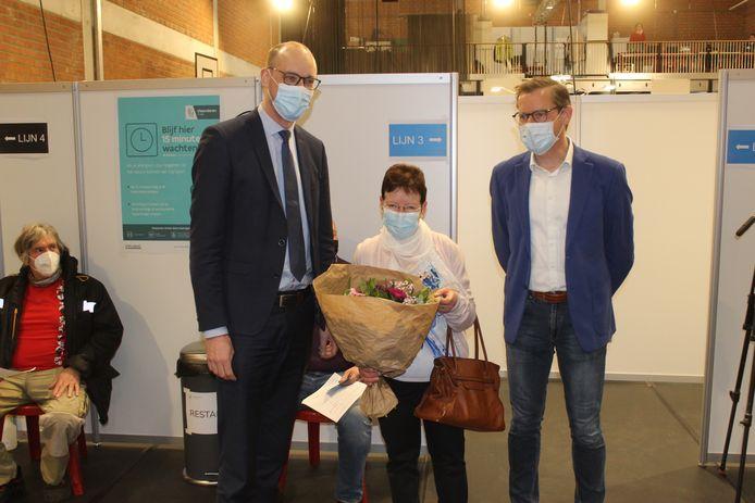 Lutgarde De Smet kreeg bloemen van minister Vincent Van Peteghem en burgemeester Tony Vermeire.