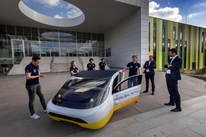 TU/e-studententeam dat de zonnewagen Solar bouwt op de Brainport Industries Campus. Met clusters als Brainport Eindhoven en de Food Valley in Wageningen heeft Nederland innovatiecentra van wereldklasse in huis, maar er is meer nodig om bedrijven te trekken.