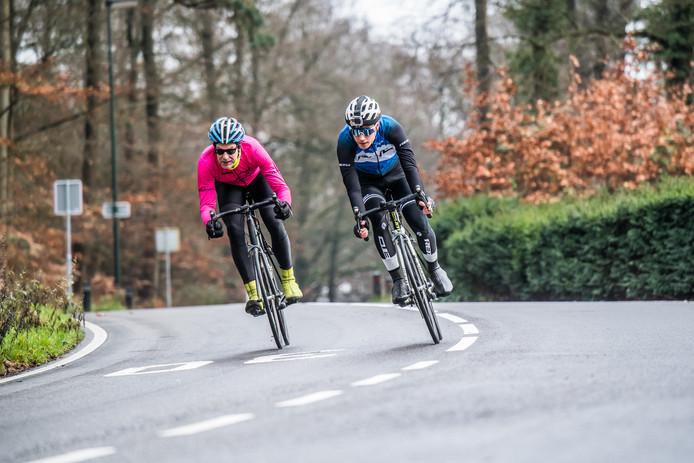 Wielrenners demonstreren voor De Gelderlander met welke snelheid ze doorgaans vanaf de Posbank Rozendaal binnen rijden.