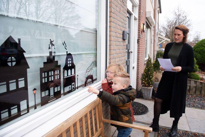 Hester Stolk uit Hank maakt 'gluurpietjes'. Deze worden op de ramen geplakt en vormen zo een speurtocht. Haar kinderen Ravi (3) en Eylin (4) zijn op speurtocht.