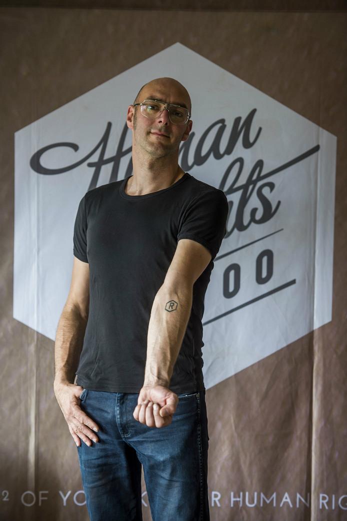 Sander van Bussel liet zelf de R van rights op zijn arm tatoeëren.