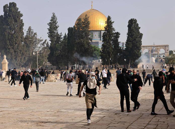 Er braken vandaag nieuwe rellen uit tussen Palestijnen en Israëlische veiligheidstroepen op de Esplanade der Moskeeën in Jeruzalem.