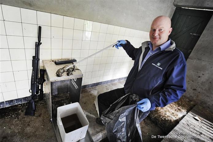 Henk Bos is dagelijks op pad om ratten te bestrijden