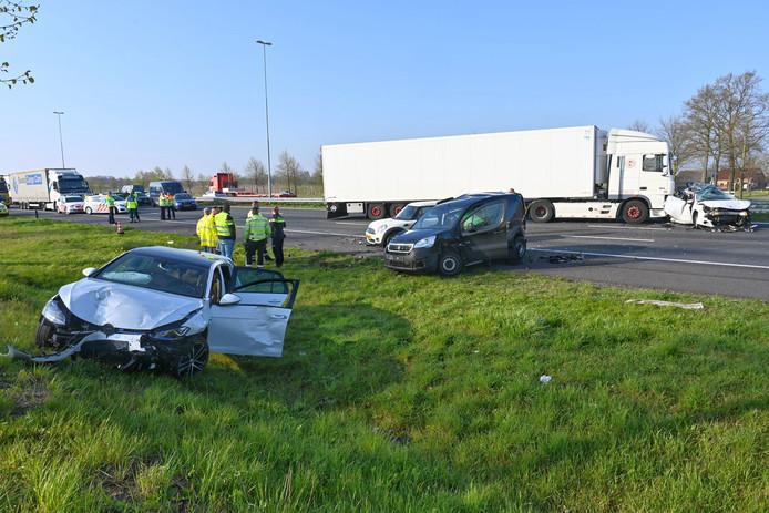 Ernstig ongeluk op A16 richting Rotterdam met vijf auto's en vrachtwagen.