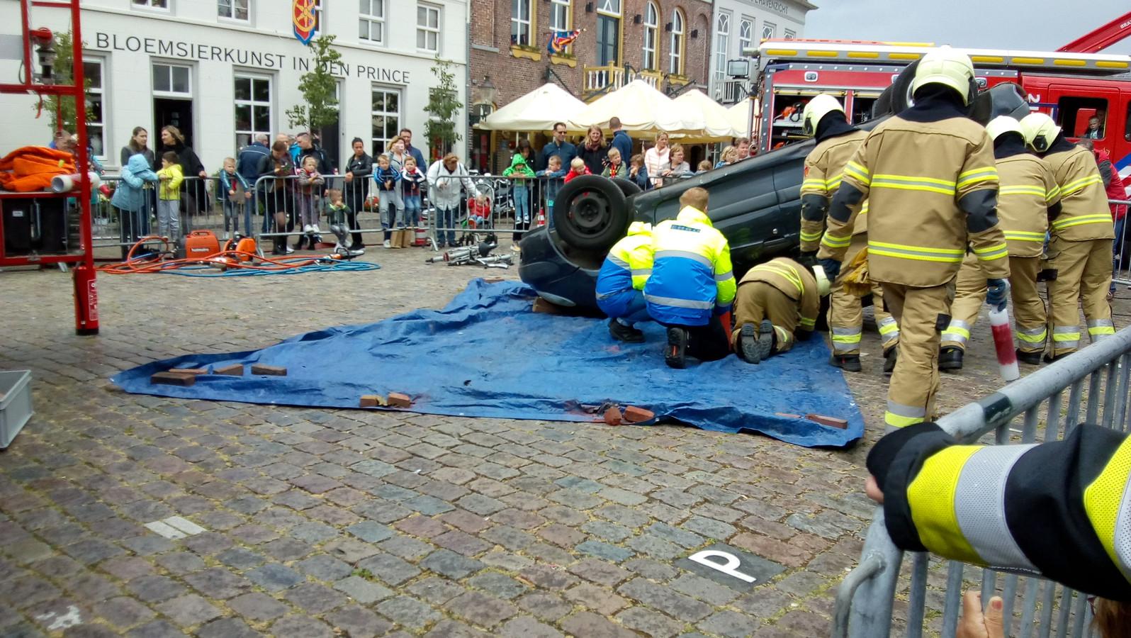Brandweerlieden in gesprek met de beknelde slachtoffers