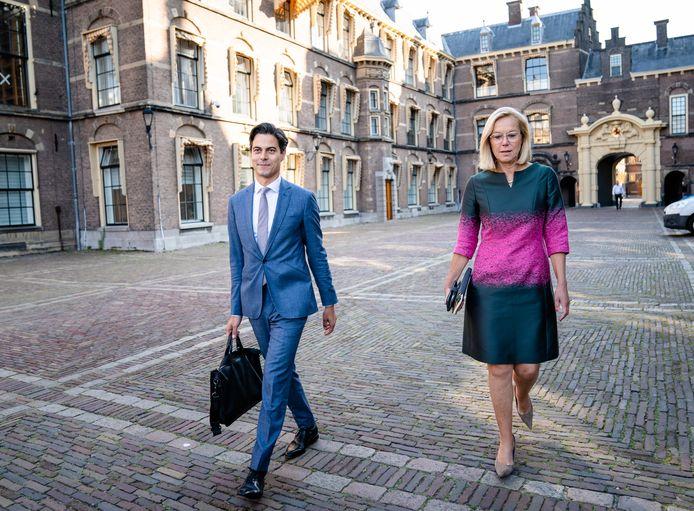 Rob Jetten (D66) en Sigrid Kaag (D66) bij aankomst voor een gesprek met informateur Mariëtte Hamer over de kabinetsformatie.