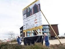 Schop in de grond voor tiny houses op braakliggend terrein in Nijkerk