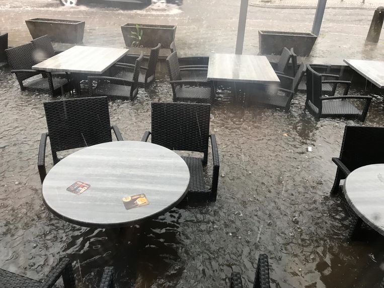 Beeld uit Bree, terras en inboedel van café Pol Kip staat onder water.