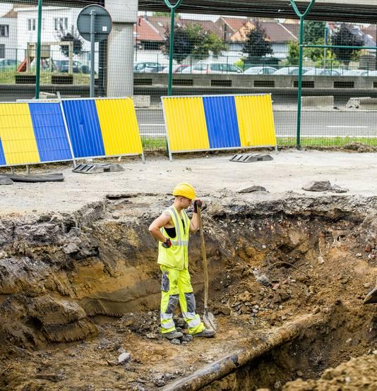 Een arbeider staat op de site waar het gaslek werd ontdekt.