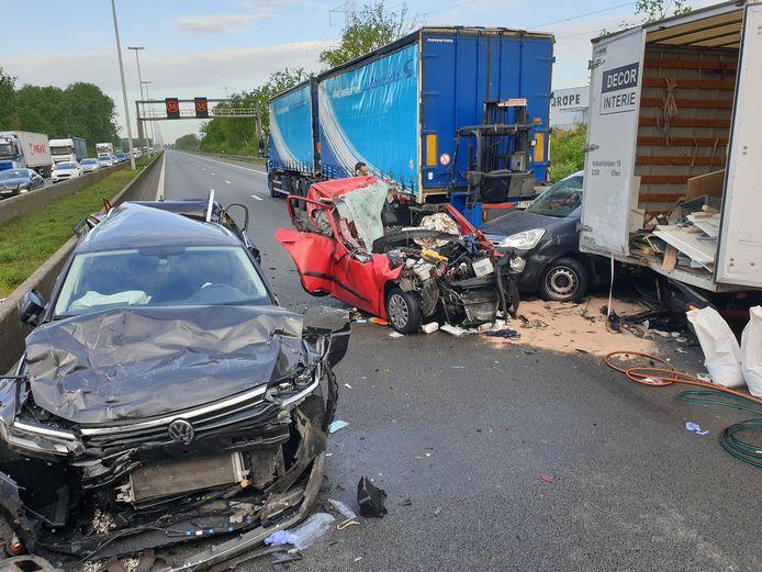 Bij het ongeval waren meerdere voertuigen betrokken en raakten verschillende mensen gewond.