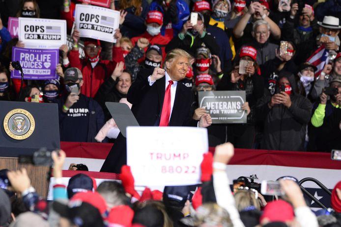 President Donald Trump maakt een dansje nadat hij zijn aanhangers heeft toegesproken op de luchthaven bij Johnstown, Pennsylvania.