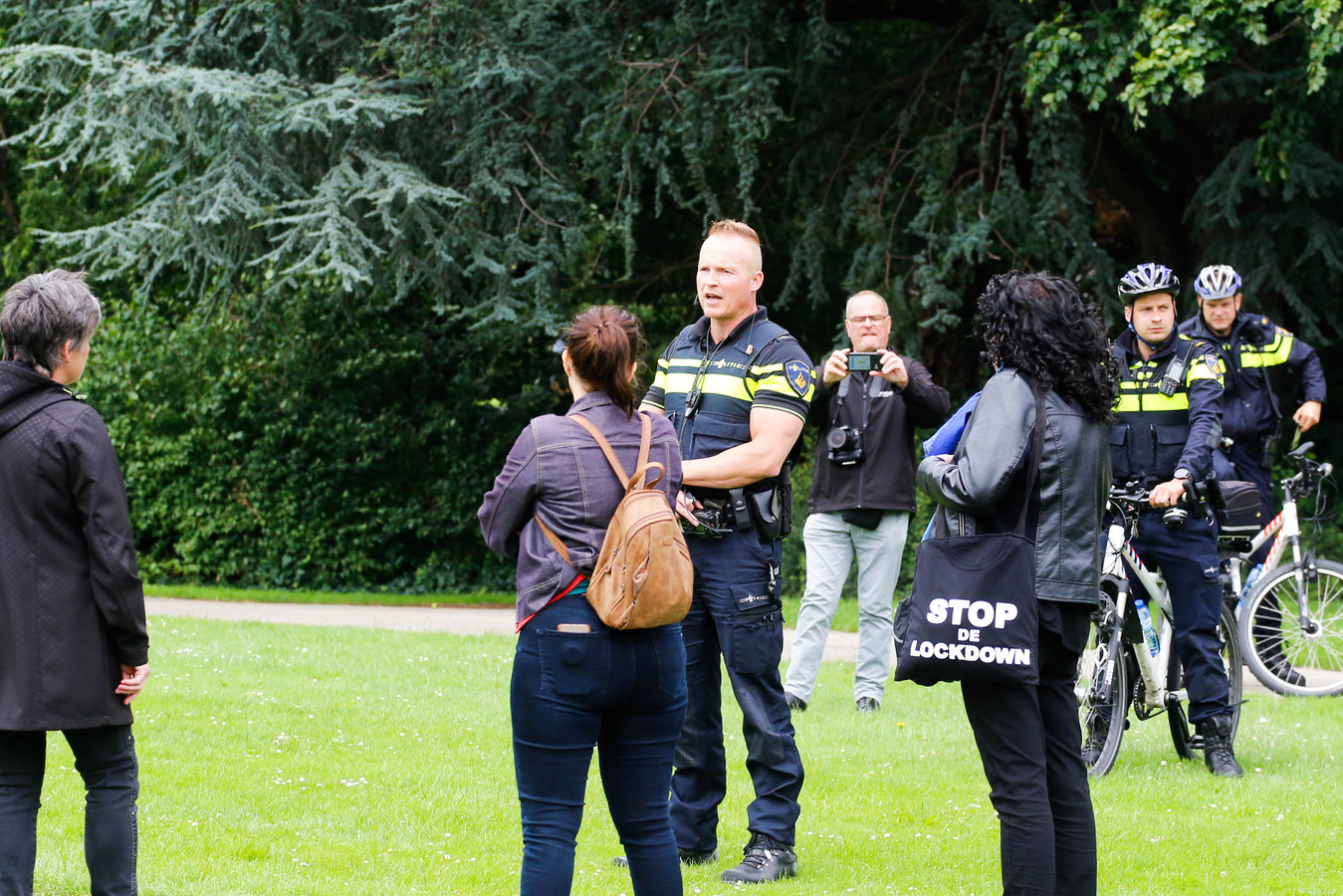 Agenten in gesprek met de demonstranten in het Weizigtpark in Dordrecht.