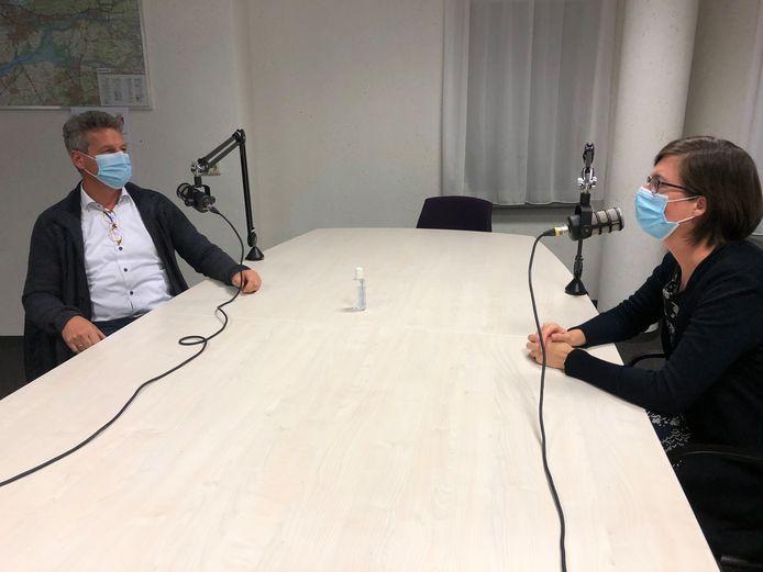 De Hardinxveldse burgemeester Dirk Heijkoop voor een podcast in gesprek met huisarts Cynthia Peters over corona.