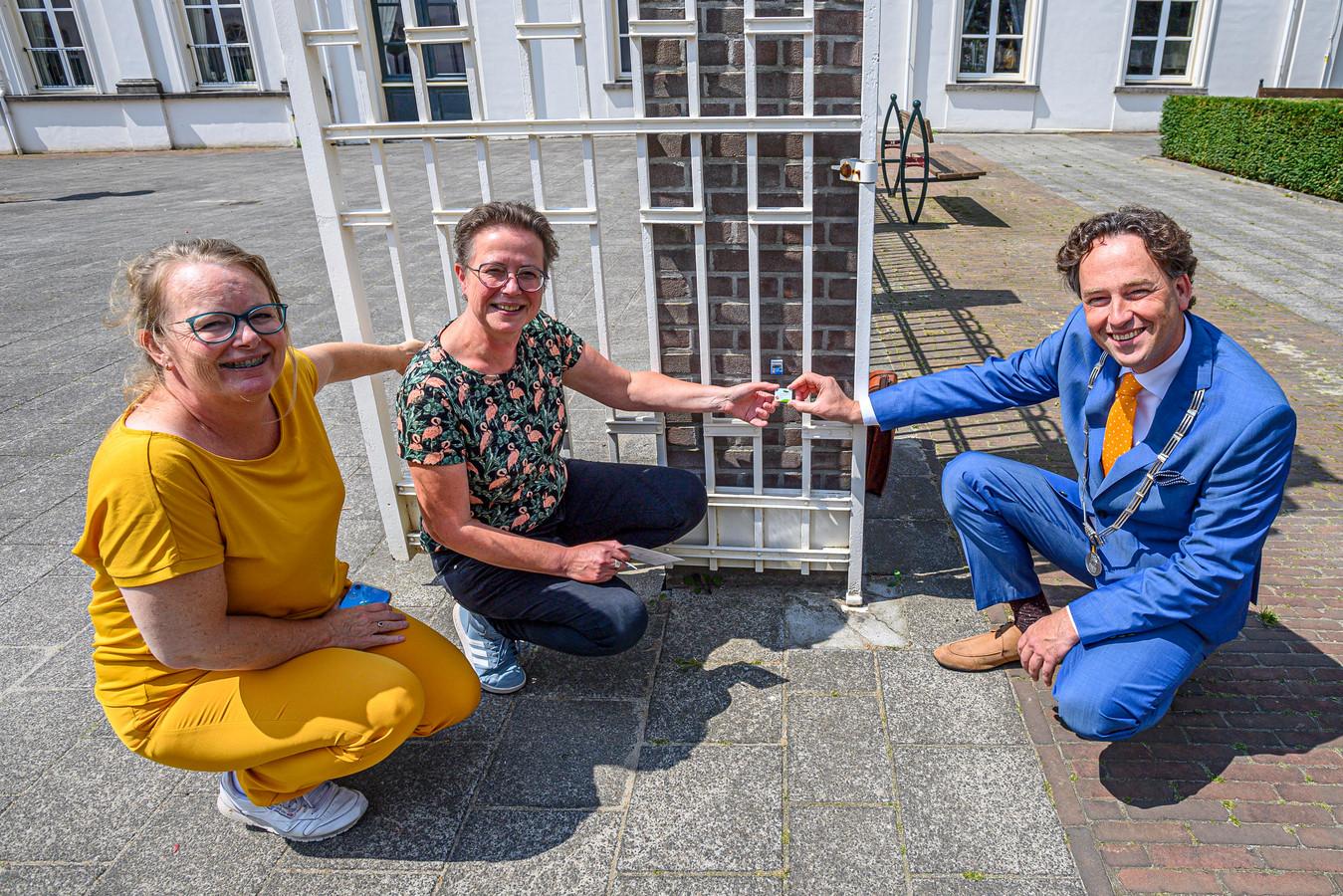Marieke Bendeler en Monique Jasperse kregen de gemeentelijke Pluim uitgereikt van burgemeester Bernd Roks.