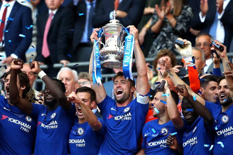 Gary Cahill van Chelsea houdt de Emirates FA Cup omhoog na de overwinning op Manchester United.  Beeld Getty Images