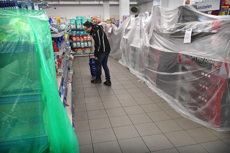 De Action probeert open te blijven door plastic te hangen over alle niet-essentiele producten. Later blijkt dit toch niet de bedoeling. Beeld Marcel van den Bergh
