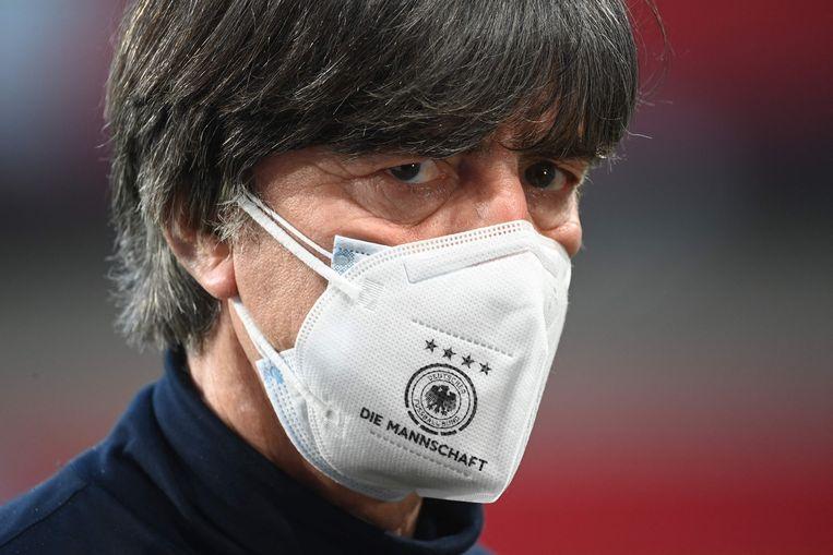 De Duitse bondscoach Joachim Löw, met mondkapje. Beeld AFP