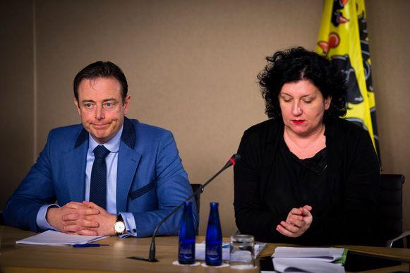 Vlaams minister van Begroting Annemie Turtelboom (Open Vld) (r.) langs Antwerps burgemeester Bart De Wever.