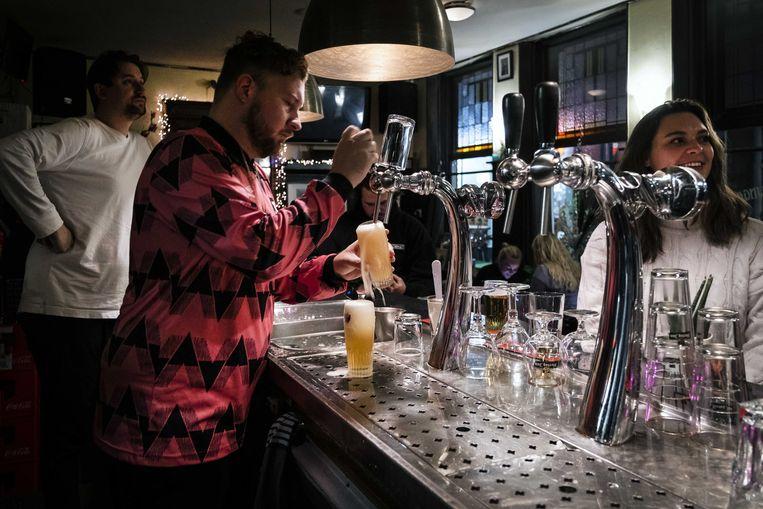 Gasten drinken hun drankje in een café in de Jordaan op 14 oktober, toen de laatste avond dat het kon.  Beeld ANP
