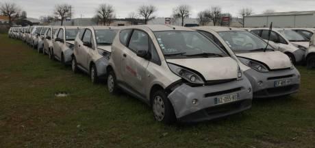 Duizend elektrische auto's staan al drie jaar weg te roesten op een veld na mislukt experiment