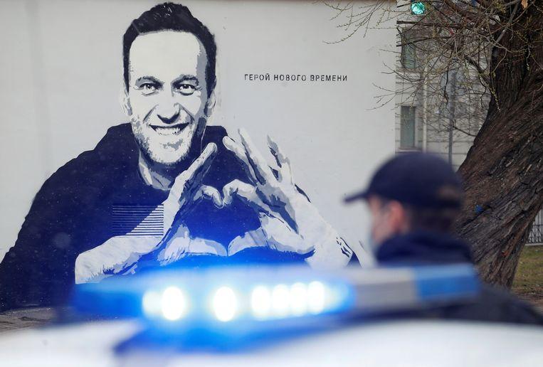 Graffiti-afbeelding van Aleksej Navalny in Sint-Petersburg. Beeld Reuters