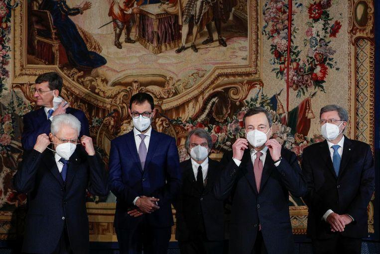 Mario Draghi en zijn regering van nationale eenheid zijn rond het middaguur beëdigd door president Sergio Mattarella.  Beeld REUTERS