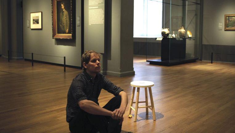 Stefan Kuiper kijkt geconcentreerd naar George Breitners Meisje in witte kimono. Beeld Henk Wildschut