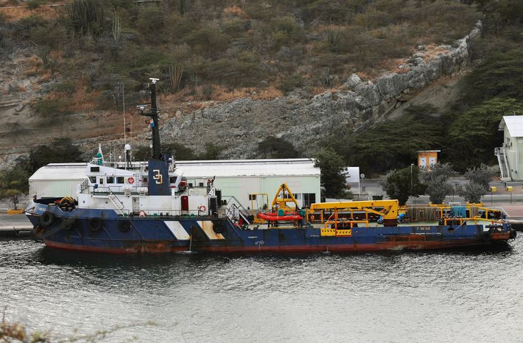 De autoriteiten in Curaçao beletten dat containers op het schip worden geladen.