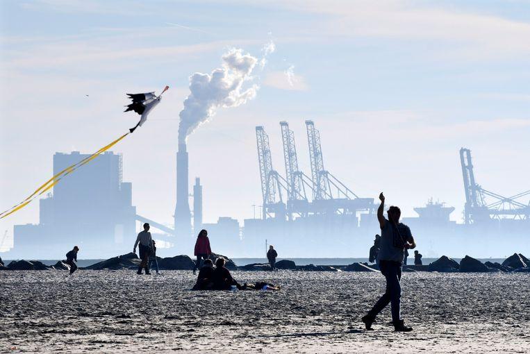 Een kolencentrale bij Hoek van Holland. Beeld Hollandse Hoogte / Peter Hilz