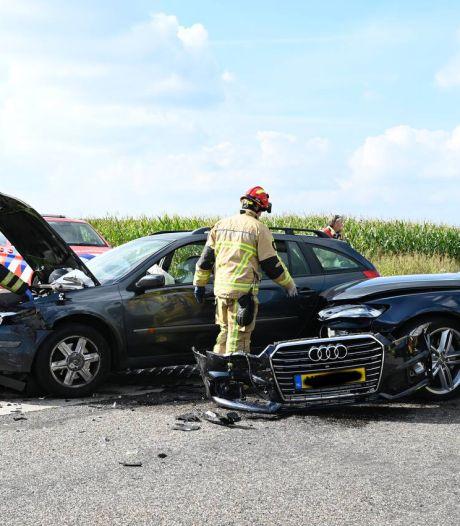 Auto's botsen op elkaar op Harmsenweg in Vriezenveen