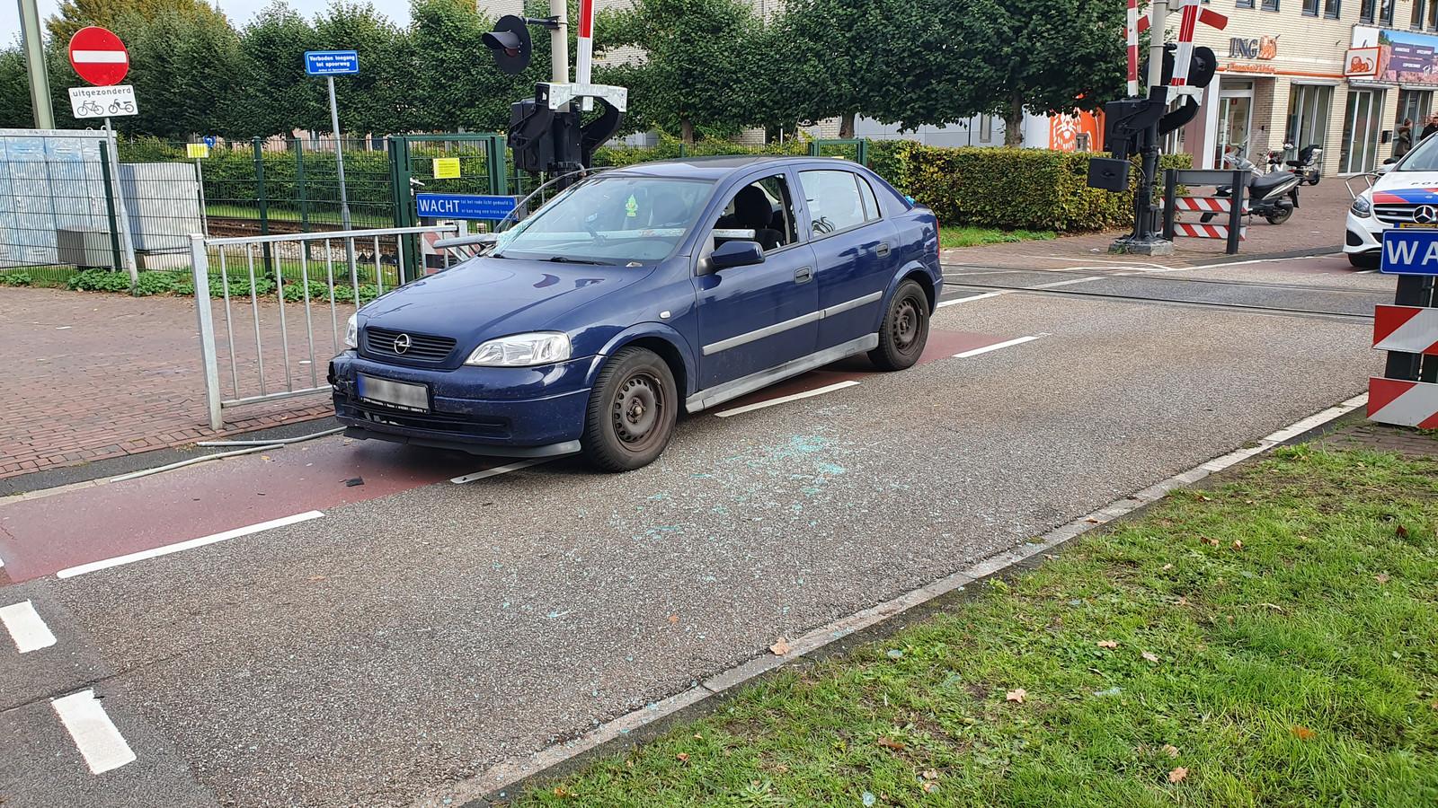 De gehavende auto bij het spoor langs de Molenweg in Ede.