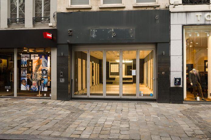 Niets lelijker dan een leegstaand pand waar je zomaar binnen kan kijken, zoals hier in de Veldstraat in Gent.