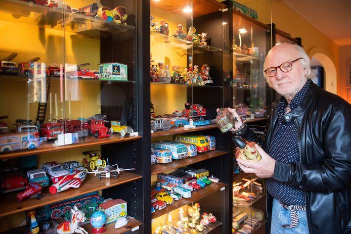 Filmmaker Bob Entrop bij een deel van zijn verzamelingen.