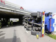 Vrachtwagen te groot voor viaduct in Hank