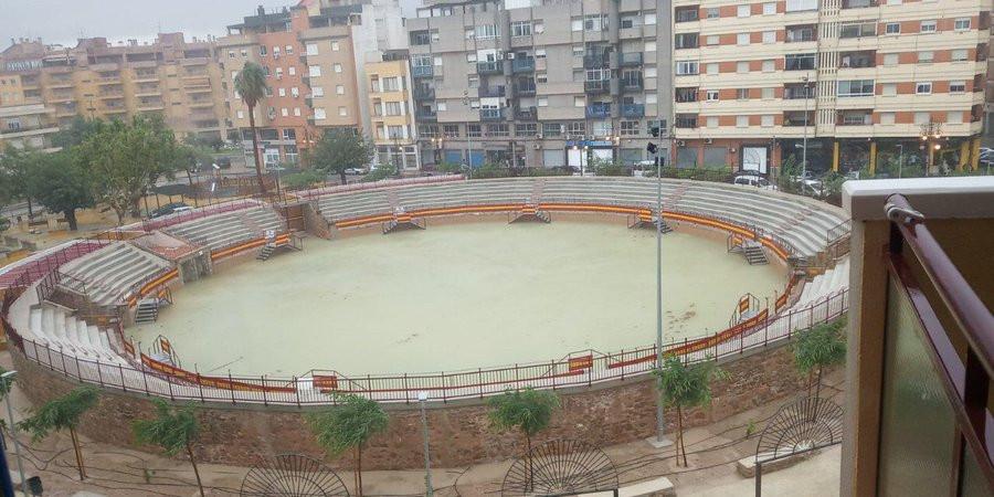 Een complete arena is volgelopen met regenwater.