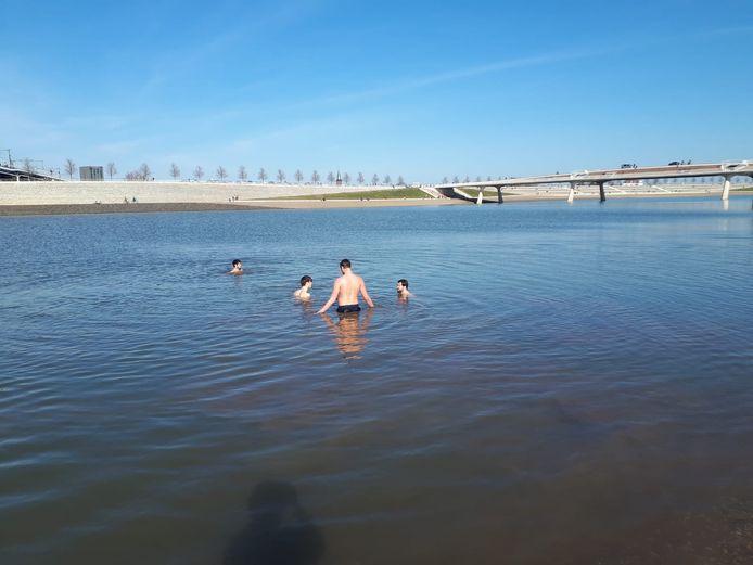 Studenten Jelle, Roel, Ramses en Max duiken in de Spiegelwaal.