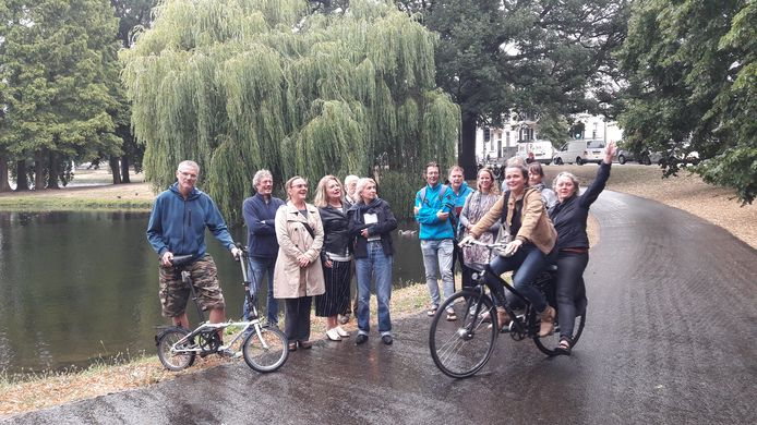 Actievoerders voor de treurwilg in het park bij de Lauwersgracht in Arnhem. De boom is voor drie jaar gered. Daarna volgt opnieuw onderzoek of kappen noodzakelijk is.