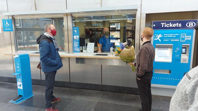 Op de laatste zondag gaf PVDA Sint-Truiden bloemen aan de loketbedienden van NMBS.