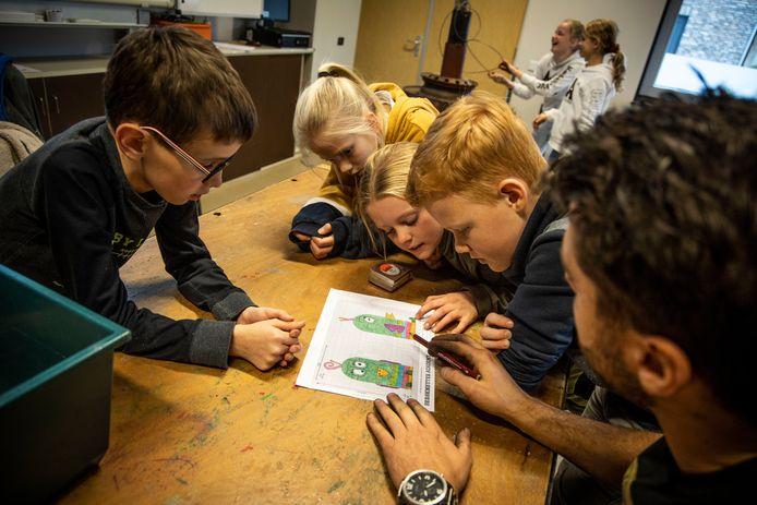De eerste praktijkles carnavalswagens bouwen werd gisteren enthousiast ontvangen door de leerlingen van groep 6 van Kindcentrum De Havelt in Handel. foto Sem Wijnhoven