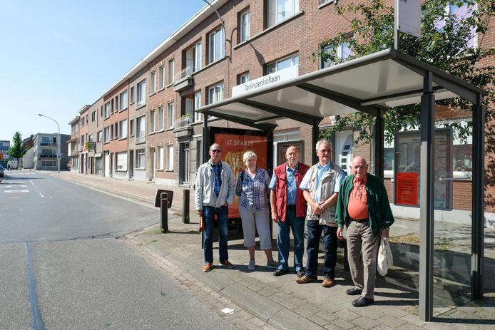 Vlnr: Fred Frison, Chris Geeraerts, Jacques Claes, Modest Lyssens van de Seniorenraad en een voorbijganger aan het bushokje in de Nieuwdreef waar buslijn 650 niet meer passeert.