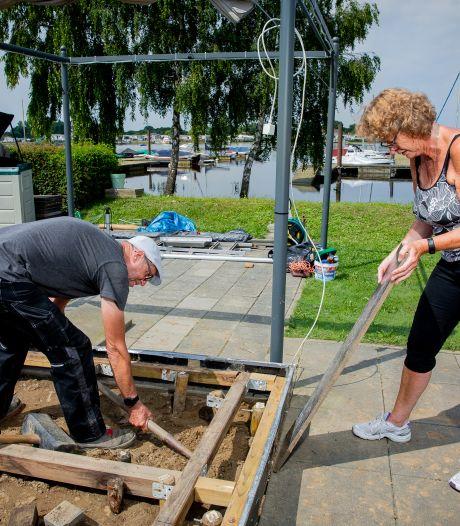Maaswater zakt en de troep blijft over; Camping Het Groene Eiland start met grote schoonmaak