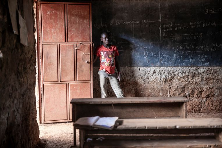 Duncan Maine (13) in zijn klaslokaal dat al maanden leegstaat. Voortaan werkt hij op het veld voor 2 euro per dag. Beeld