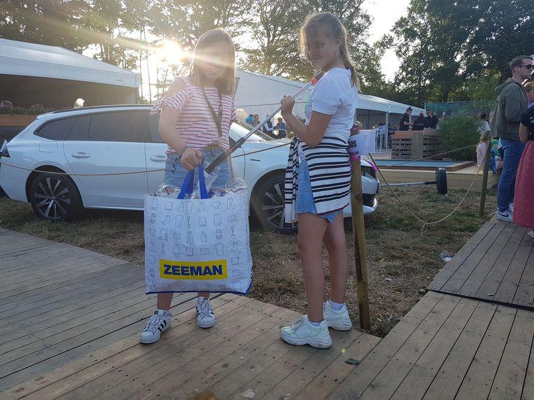 Nomi en Laure op Rijvers: gewapend met een grote zak van Zeeman en een afvalprikker gaan ze het afval te lijf.