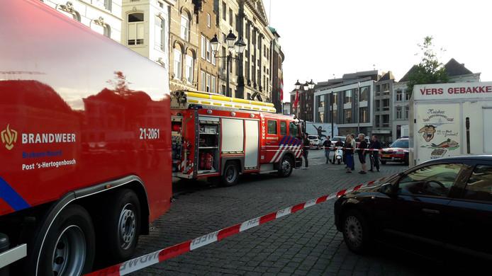 Ook op de Markt in Den Bosch stond brandweer, om het vuur in café Lalalaa te bestrijden.