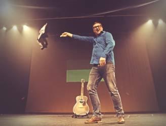 Met jaar vertraging start comedian Piv Huvluv tournee... en hij brengt een beroemde zangeres mee