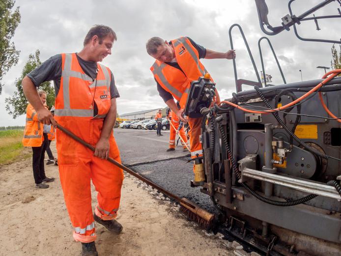 Medewerkers van wegenbouwer H4A legden in 2015 het eerste proefvak met bioasfalt aan in Sluiskil.
