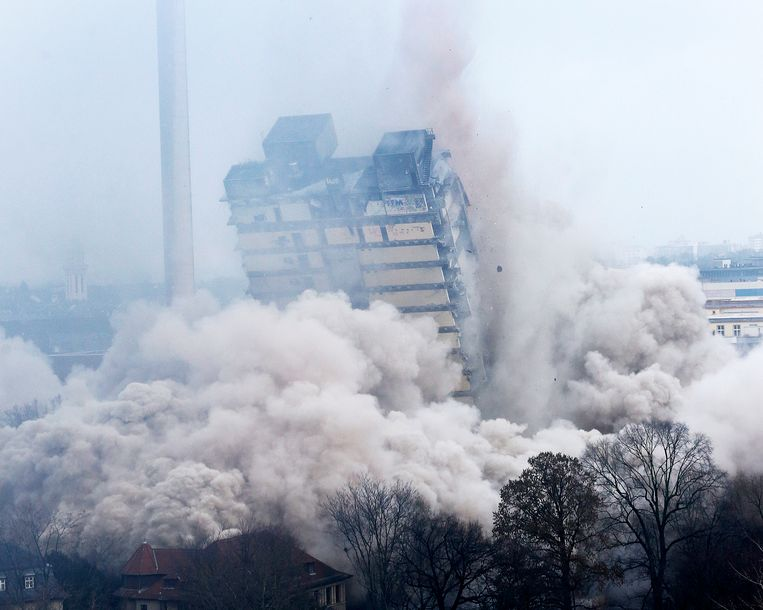 A former university tower is blown up followed by thousands of spectators in Frankfurt, Germany, Sunday, Feb. 2, 2014.  (AP Photo/Michael Probst) Beeld AP