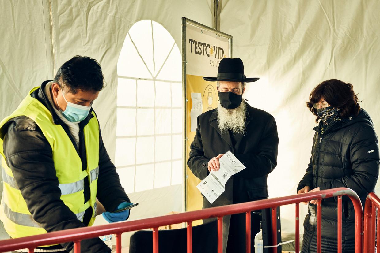 Een aantal mensen kwam zich wel laten testen. 'Er was een oproep van de rabbijn, we zijn meteen op onze fietsen gesprongen.' Beeld Thomas Nolf